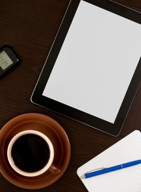 Рабочее место с пустой цифровой планшет Premium Фотографии