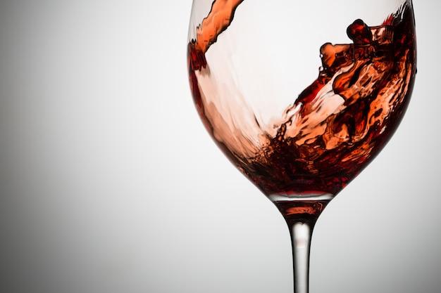 ガラスのクローズアップで赤ワインの美しい波 Premium写真