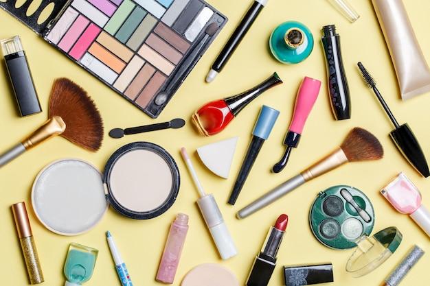さまざまな化粧品の上の写真 Premium写真
