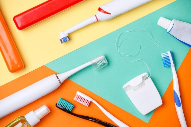 歯ブラシ、ペーストのチューブ、フロスの画像 Premium写真