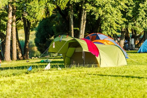 美しい自然の場所でのテントキャンプエリア Premium写真