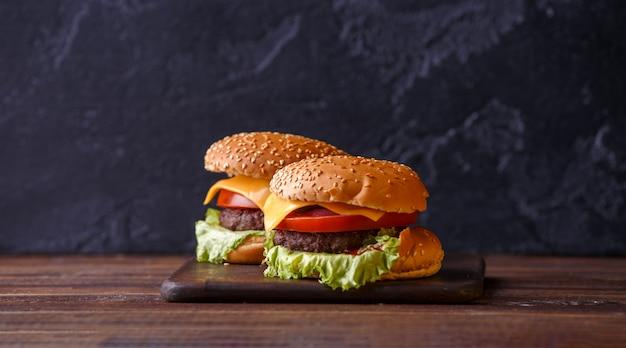 Фотография двух свежих гамбургеров Premium Фотографии