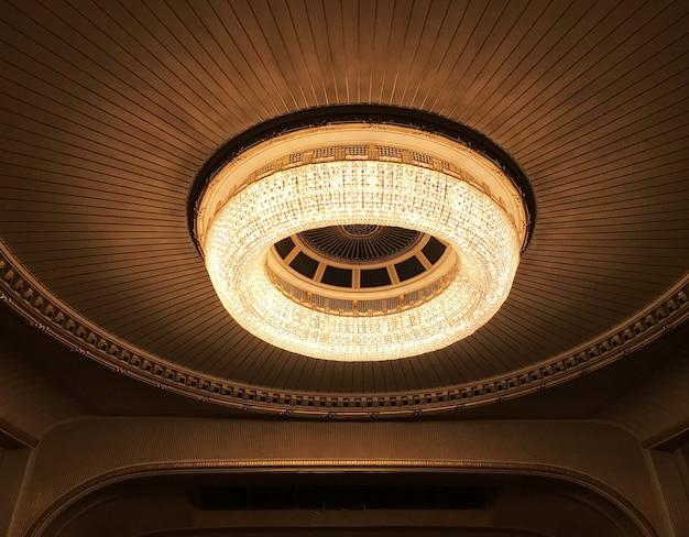 Круглая люстра в оперном театре Premium Фотографии