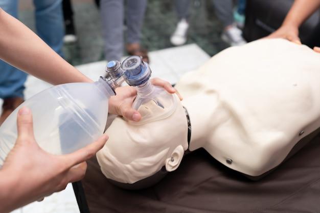 看護学生は緊急時に患者を救う方法を学んでいます Premium写真
