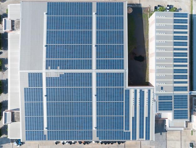 Аэрофотоснимок панели солнечных батарей на крыше завода Premium Фотографии