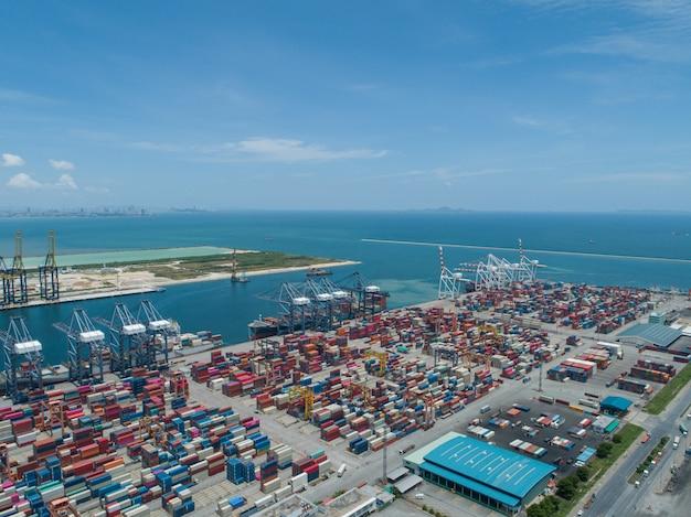 コンテナ付きの産業港 Premium写真