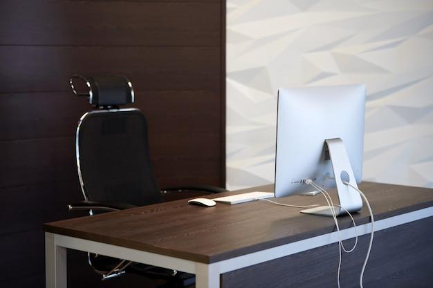 Офисное рабочее место. современное рабочее место для дизайнера. минимальная площадь рабочего стола для продуктивной работы нового сотрудника Premium Фотографии