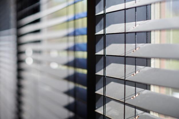 Офисные жалюзи. современные деревянные жалюзи. управление освещением в конференц-зале. Premium Фотографии