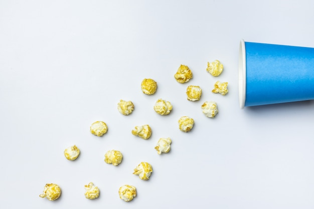 ポップコーンの甘い概念、コピースペース。孤立した白い背景 Premium写真