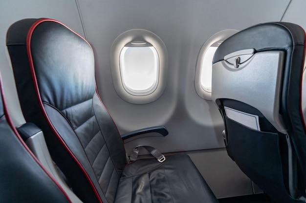 Самолет сиденья и окна. удобные сиденья эконом класса без пассажиров. новая бюджетная авиакомпания-перевозчик Premium Фотографии
