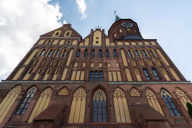 ケーニヒスベルク大聖堂。ロシアのカリーニングラードにあるレンガのゴシック様式の記念碑。 Premium写真