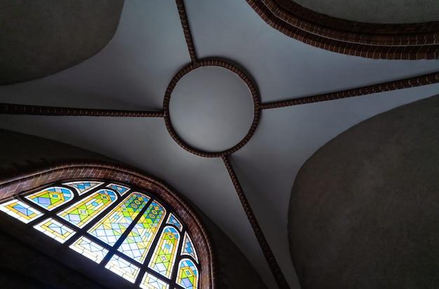 古い大聖堂や教会のステンドグラスの窓。 Premium写真