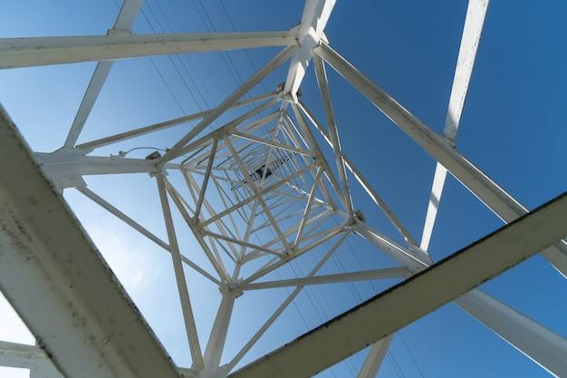 送電鉄塔、下からの眺め Premium写真