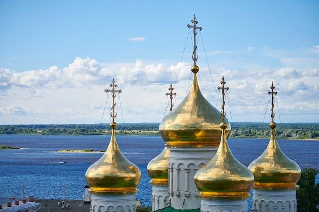 正教会のドーム。ロシア教会の黄金の十字架。教区の聖地と魂の救いの祈り。 Premium写真