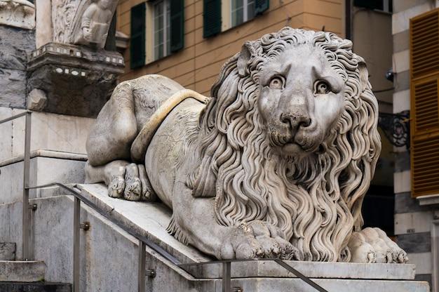 Статуя льва в соборе сан-лоренцо в генуе, италия Premium Фотографии
