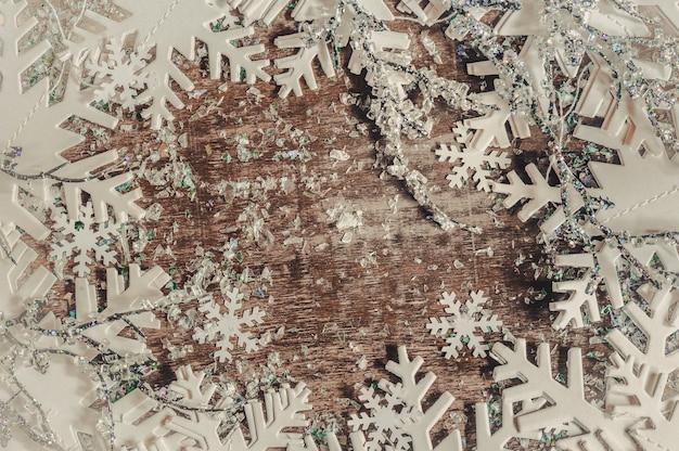木製のテーブルに白い雪のクリスマスの背景。 Premium写真