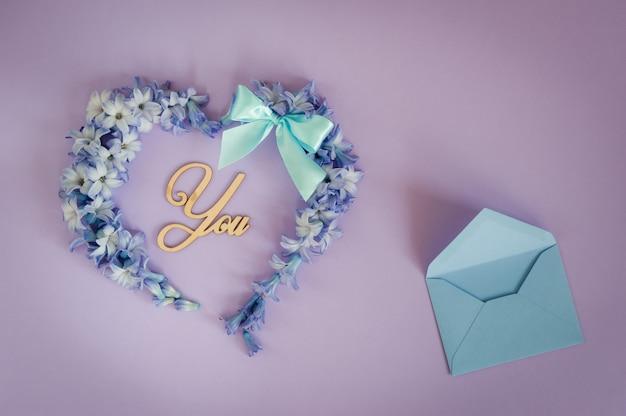 ヒヤシンスの花から作られた心 Premium写真