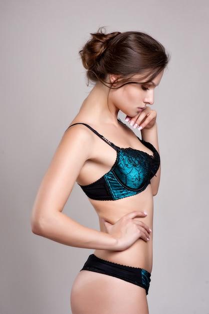 ランジェリーのセクシーな若い女性。柔らかな光と色 Premium写真