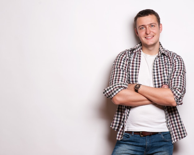 Красивый случайный человек улыбается - изолированные на белом фоне Premium Фотографии