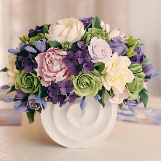 バラの花束と木製のテーブルのギフトボックス Premium写真