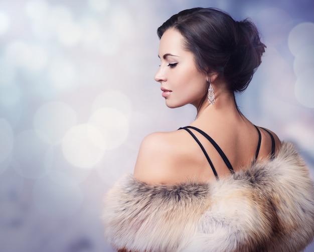 冬の女性の高級毛皮のコート Premium写真