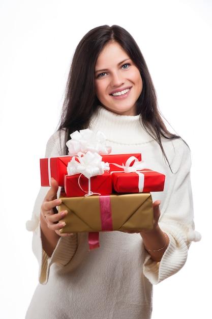 贈り物を持つ若い幸せな女 Premium写真