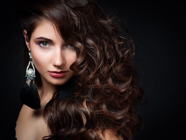 夜のメイクアップと美しい女性。 Premium写真