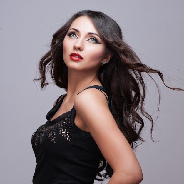 Красота женщины с идеальным макияжем. Premium Фотографии