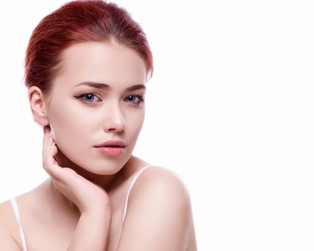 清潔でさわやかな肌を持つ若い成人女性の美しい顔 Premium写真