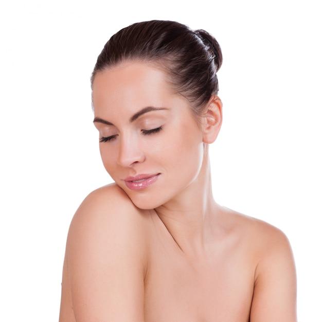 完璧な肌を持つ美しい若い女性 Premium写真