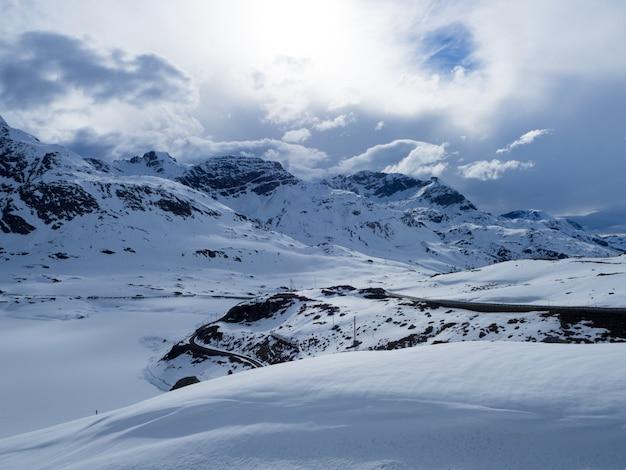 手付かずの、雪の山々、スイスアルプス、曇り空 Premium写真