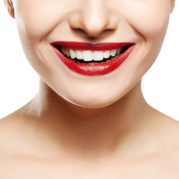 女性の笑顔歯のホワイトニング。歯の手入れ。 Premium写真