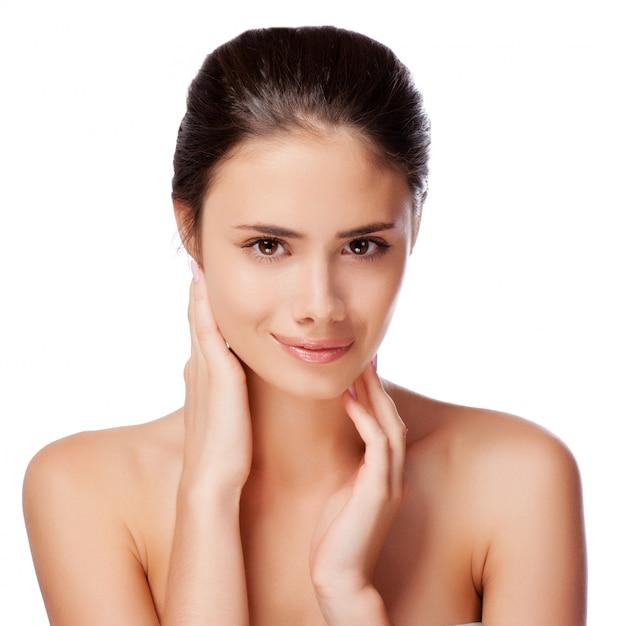 清潔でさわやかな肌 - 白で隔離される若い成人女性の美しい顔 Premium写真