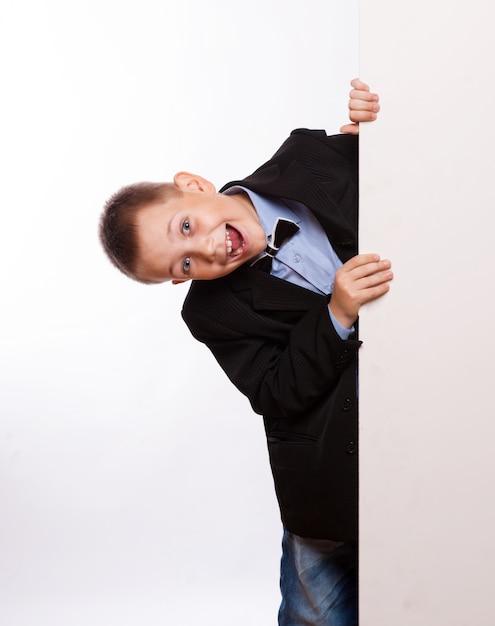 白い空白の白い背景で隔離の幸せな小さな男の子の肖像画 Premium写真
