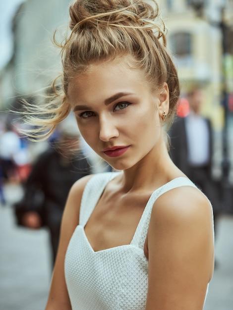 長い茶色の髪を持つ美少女モデル。健康な髪と美しいプロのメイク。 Premium写真