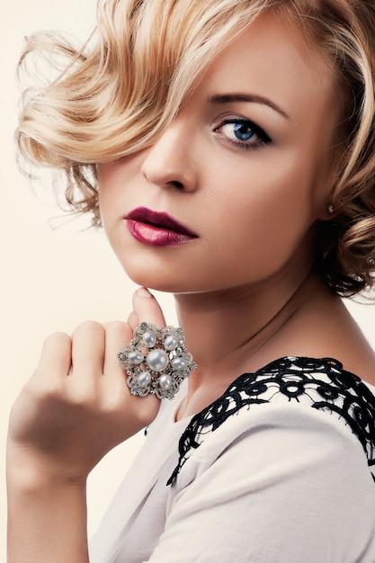 真珠の指輪を持つ美しい少女の肖像画 Premium写真