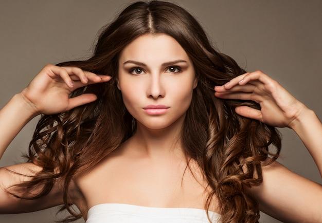 長い髪と美しい若い女性 Premium写真