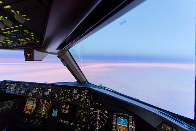 飛行機のコックピットビューから高高度で美しい夕暮れの夕焼け空。 Premium写真
