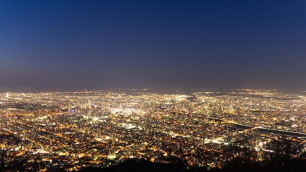 日本の北海道のもいわの山の名前から現代の札幌市の夕日の夜景。 Premium写真