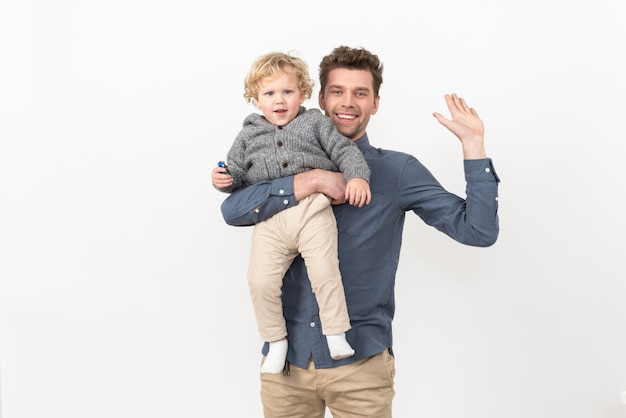 父は男の子の赤ちゃんを保持 Premium写真