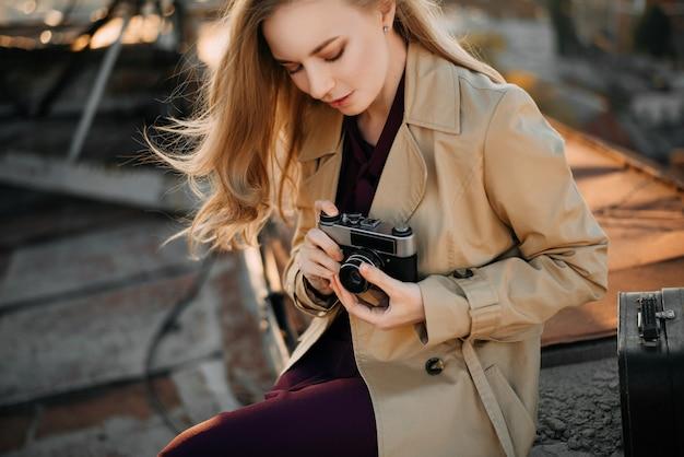 屋根の上のカメラを持つ少女 Premium写真