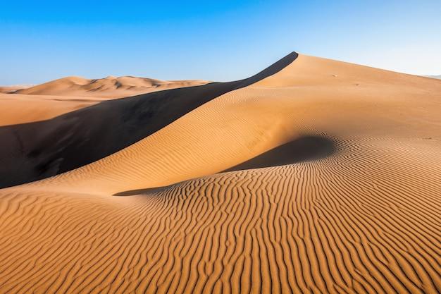 Уакачина пустынные дюны в перу Premium Фотографии