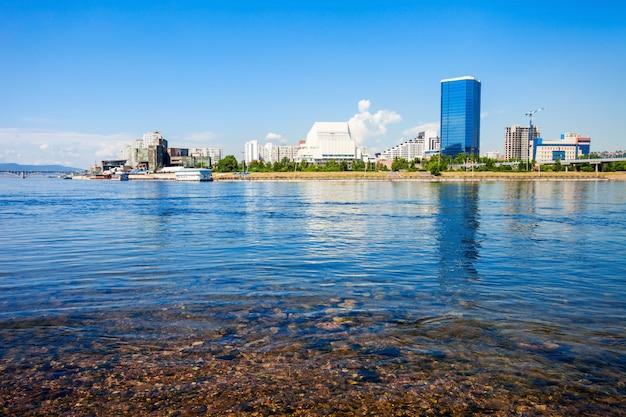 Город красноярск на енисее Premium Фотографии