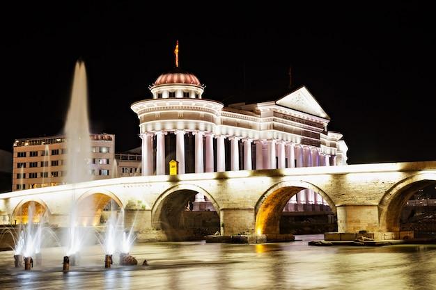 夜のスコピエのマケドニア広場 Premium写真