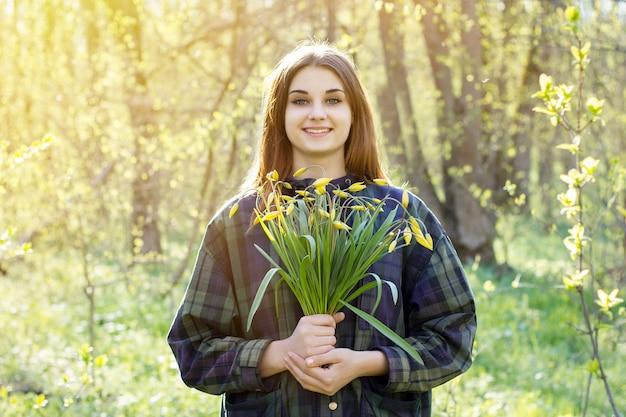 春の森の少女 Premium写真