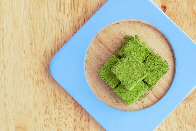 ホワイトチョコレートのフグと緑茶 Premium写真