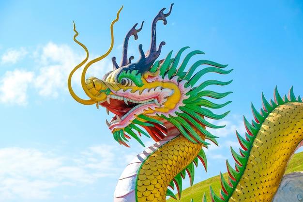 Скульптура золотого дракона Premium Фотографии