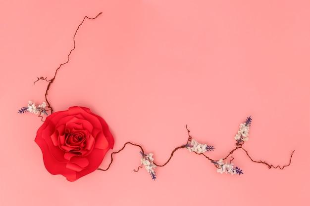 Красная бумажная роза Premium Фотографии