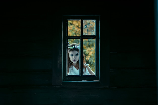 悪夢、ハロウィーンのコンセプトから若い女性の肖像画。 Premium写真