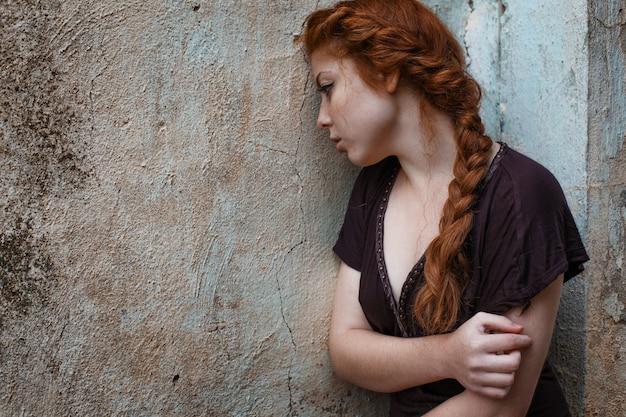彼女の目に悲しい赤い髪の少女、悲しみと憂鬱の肖像画 Premium写真
